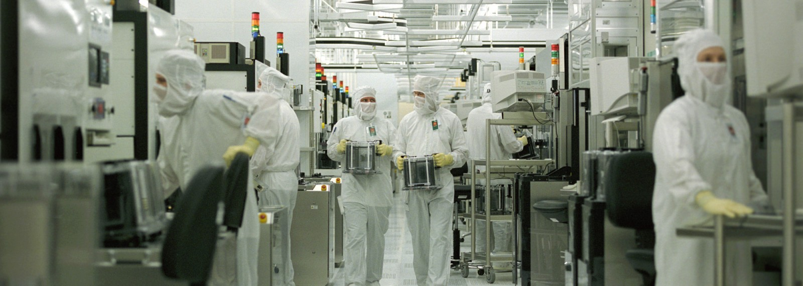 030/AMD, DEU, Dresden, 0601.2003, Fab 30 Cleanroom, process control during wafer production of AMD Athlonª XP processors (more than 2 GHz, 130nm process, copper technology), AMD Saxony LLC & Co. KG includes both the semiconductor facility Fab 30 and the Dresden Design Center (AMD«s European Product Development Center), Fab 30 is one of the most advanced semiconductor plants in the world, AMD is a global supplier of integrated circuits for the personal and networked computer and communications markets with manufacturing facilities in the US, Europe, Japan and Asia -Sven Dšring / VISUM- register: AMD, high-tech, computer, semiconductor, processor, production, manufacturing, chip, chips,, microelectronic, microelectronics, cleanroom, fab, Fab 30, economy, industry, work place, employment, employee, employees, techniqe, techniques, technology, technologies, wafer, copper, nm, nanometer