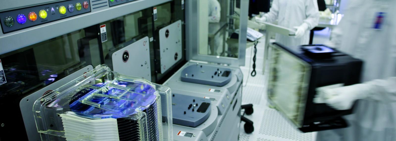4030 / AMD: DEUTSCHLAND, SACHSEN, DRESDEN (GERMANY, SAXONY), 29.03.2005: Start erster Testwafer (First Silicon) in  AMD Fab 36, AMDs zweites Werk  am Standort Dresden, AMDs erstes Werk zur Herstellung von Mikroprozessoren auf 300 mm Wafern -Sven Doering / VISUM-